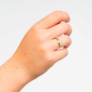 Joyería online alianza de boda Tradición puesta mujer