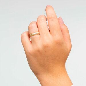 Joyería online alianza de boda Connection puesta mujer