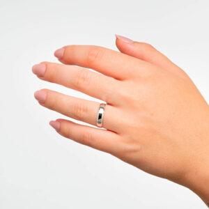 Joyería online alianza de boda Eli White puesta mujer