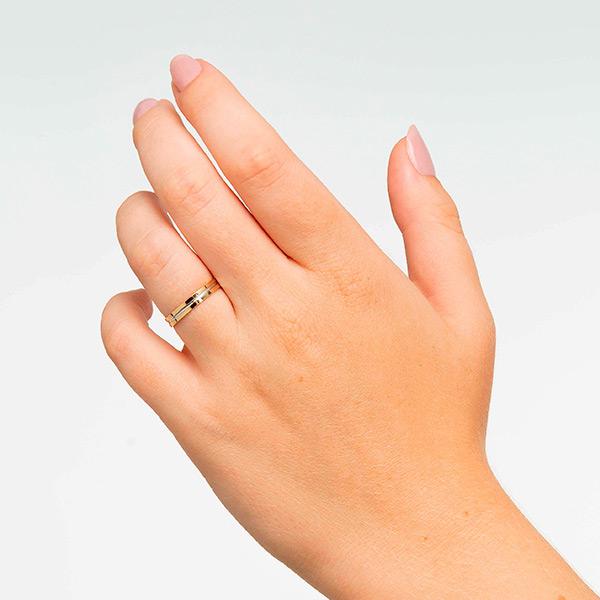Joyería online alianza de boda Line puesta mujer