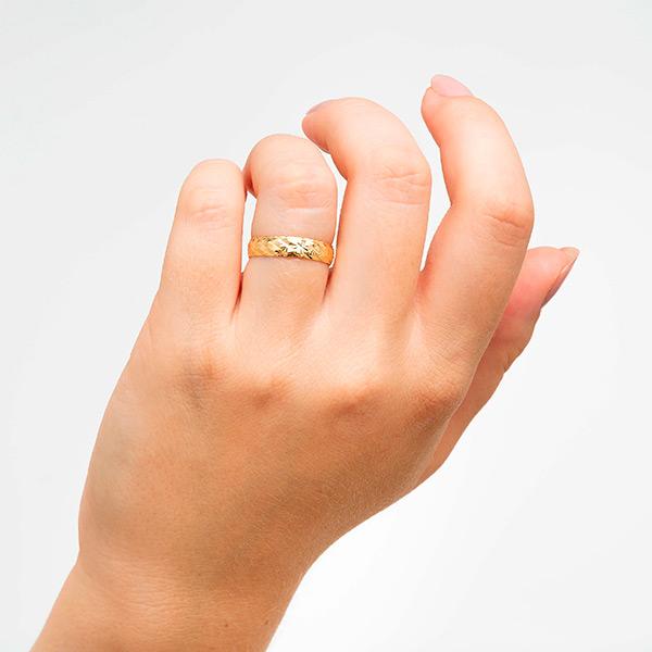Joyería online alianza de boda Line Star Gold puesta mujer