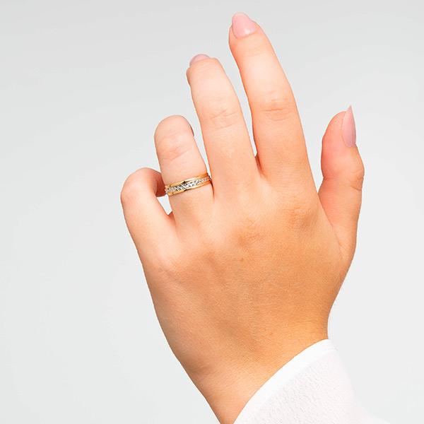 Joyería online alianza de boda Line Star puesta mujer