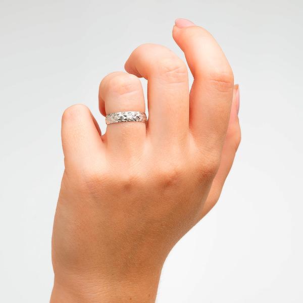 Joyería online alianza de boda Line Star White puesta mujer