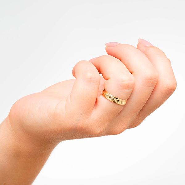 Joyería online alianza de boda Lion puesta mujer