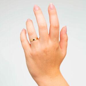 Joyería online alianza de boda Mink puesta mujer