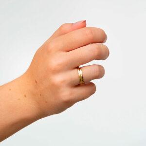 Joyería online alianza de boda Onis puesta mujer