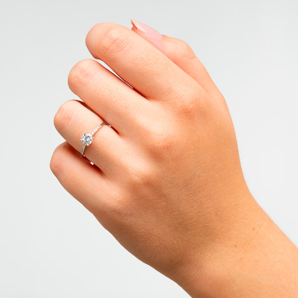 Alianza de boda Esfinge de circonita y oro blanco de 18 kilates. Joyería Online.