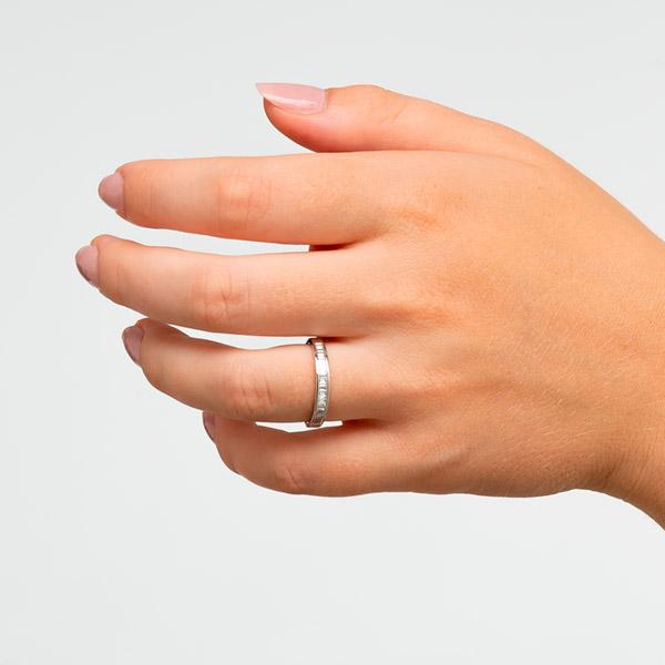 Anillo de compromiso Septum de oro blanco de 18 kilates. Diamantes talla baguett. Dogma Design